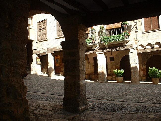 les arcades de la plaza mayor d'Alquezar